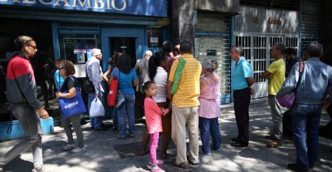 Placeholder - loading - Imagem da notícia Venezuelanos correm para aproveitar inversão rara em tendência da taxa de câmbio