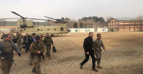 Placeholder - loading - Imagem da notícia Chefe do Pentágono apoia papel do Afeganistão em conversas de paz durante visita