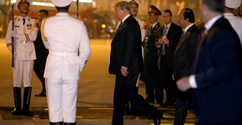 Placeholder - loading - Imagem da notícia Trump e Kim se reunirão para jantar em hotel colonial de Hanói