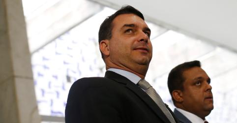 Placeholder - loading - Imagem da notícia Queiroz diz em depoimento escrito que administrava pagamentos de gabinete de Flávio Bolsonaro