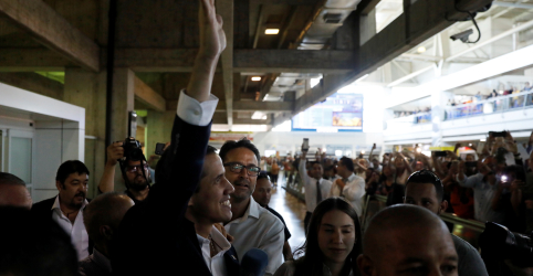 Guaidó retorna à Venezuela em afronta a Maduro