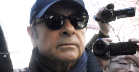 Placeholder - loading - Imagem da notícia Advogados de Ghosn vão monitorar telefonemas e câmeras de vigilância antes de julgamento
