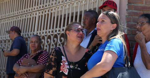 Placeholder - loading - Imagem da notícia Em meio a desespero e tiros, vizinhos abrigaram alunos de escola em Suzano