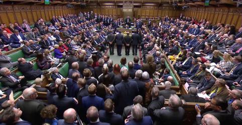 Placeholder - loading - Imagem da notícia Parlamento britânico irá votar adiamento do Brexit; premiê May tenta salvar acordo