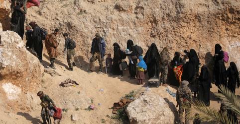 Placeholder - loading - Centenas se rendem em enclave do Estado Islâmico ante avanço de forças apoiadas pelos EUA