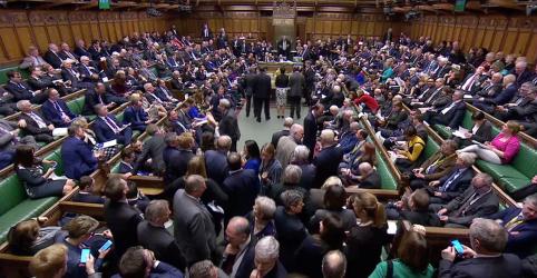 Parlamentares britânicos apoiam com ampla margem adiamento de Brexit