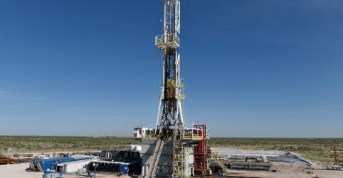 Brent e petróleo nos EUA fecham sem direção comum após máximas em 2019