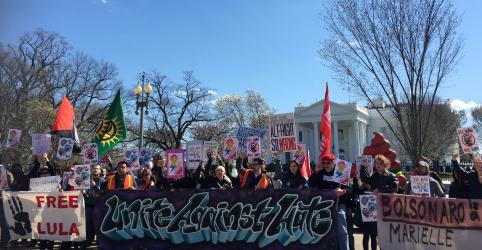 Placeholder - loading - Manifestantes protestam em frente à Casa Branca contra visita de Bolsonaro