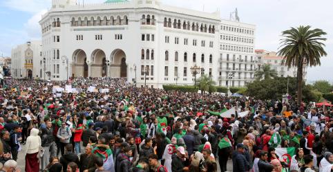 Milhares se manifestam na Argélia, líderes de protesto pedem afastamento de militares