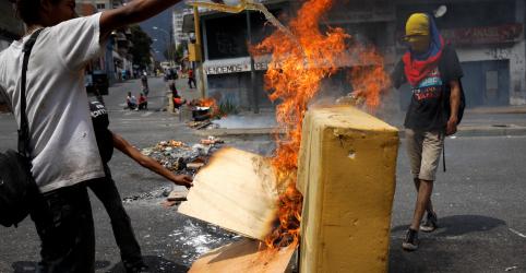 Placeholder - loading - Imagem da notícia Venezuelanos colocam fogo em barricadas em resposta à falta de luz e de água