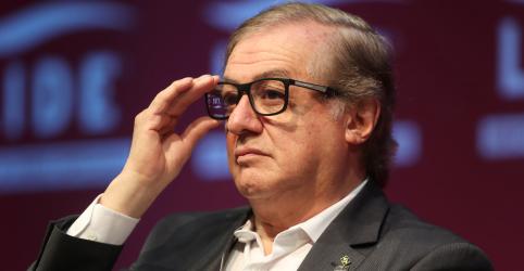 Bolsonaro diz que conversará com ministro da Educação na 2ª e indica que Vélez pode sair