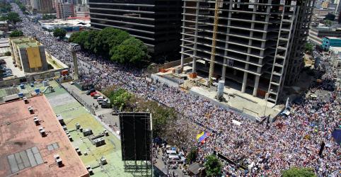 Venezuelanos protestam por poder, água e fim de governo de Maduro