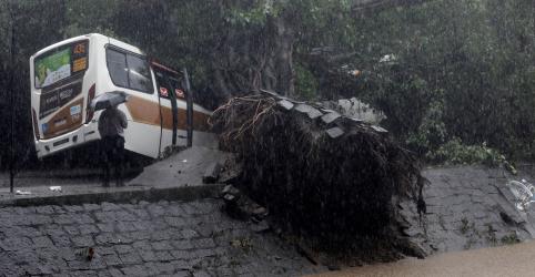 Placeholder - loading - Forte temporal mata ao menos 10 e provoca estragos no Rio