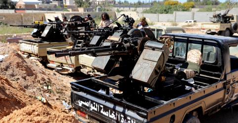 Placeholder - loading - Imagem da notícia Combates nos arredores de Trípoli forçam milhares de moradores a fugir