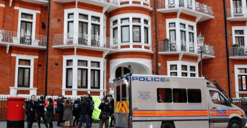 Julian Assange é preso pela polícia britânica na embaixada do Equador