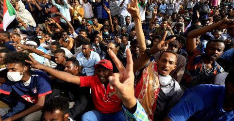 Placeholder - loading - Imagem da notícia Presidente sudanês Omar Bashir é forçado por militares a renunciar, dizem fontes