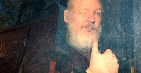 Placeholder - loading - Imagem da notícia Assange é preso em Londres após 7 anos na embaixada do Equador; EUA pedem extradição