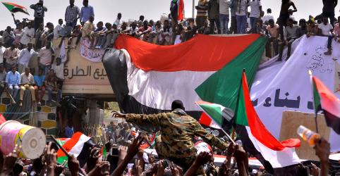 Placeholder - loading - Imagem da notícia Líder do Sudão é deposto por militares e preso após governo de 30 anos