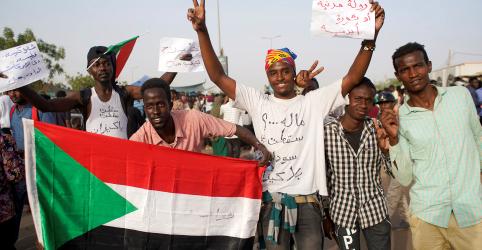 Placeholder - loading - Imagem da notícia Conselho militar do Sudão promete governo civil após deposição de Bashir