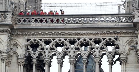 Rainha Elizabeth lamenta profundamente incêndio em Notre-Dame em mensagem a Macron