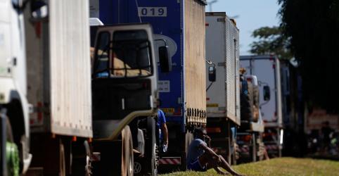Placeholder - loading - Imagem da notícia Pacote de medidas é afago para caminhoneiros, mas não resolve problema de custo, diz CNTA