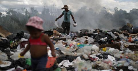 Placeholder - loading - Imagem da notícia Venezuelanos disputam lixo com urubus em cidade de Roraima