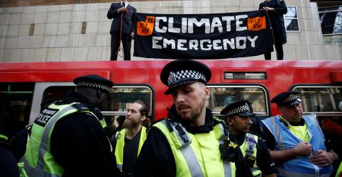 Placeholder - loading - Manifestantes contra mudança climática afetam serviço de trem em Londres