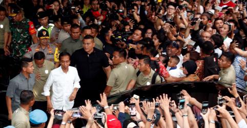 Placeholder - loading - Imagem da notícia Widodo caminha para reeleição na Indonésia, mas desafiante reivindica vitória