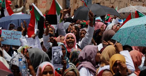Placeholder - loading - Imagem da notícia Líder deposto do Sudão é transferido de casa para prisão em Cartum, dizem familiares