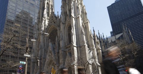 Placeholder - loading - Imagem da notícia Homem é flagrado entrando em catedral de Nova York com galões de gasolina e isqueiros