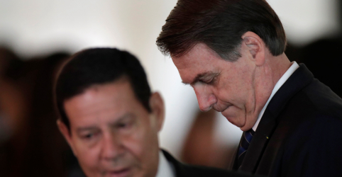 Placeholder - loading - Imagem da notícia Bolsonaro tenta encerrar crise entre filho e Mourão enquanto Carlos mantém postagens contra o vice