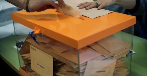 Placeholder - loading - Imagem da notícia Socialistas aparecem à frente em eleição na Espanha, mas sem maioria