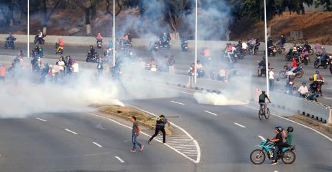 Placeholder - loading - Gás lacrimogêneo é disparado contra Guaidó durante reunião com grupo de homens em uniformes militares