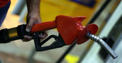 Placeholder - loading - Imagem da notícia Gasolina da Petrobras volta a superar R$2/litro na refinaria após reajuste de 3,5%