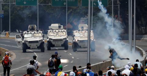 Placeholder - loading - Imagem da notícia Guaidó convoca levante na Venezuela, mas militares permanecem leais a Maduro por ora