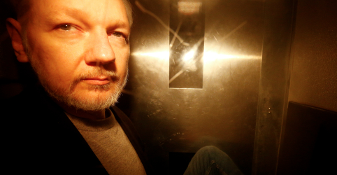 Placeholder - loading - Imagem da notícia Julian Assange é condenado a 50 semanas em prisão britânica por não ir a corte