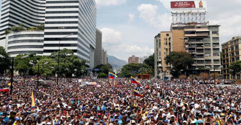 Milhares protestam contra Maduro enquanto impasse na Venezuela provoca tensões entre EUA e Rússia