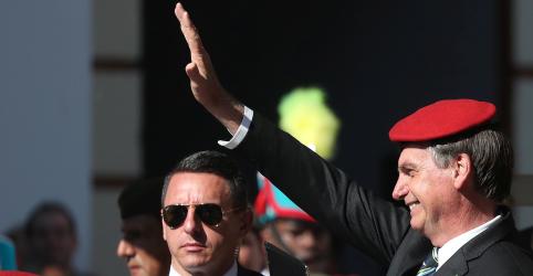 Placeholder - loading - Imagem da notícia Bolsonaro diz que Santos Cruz tem respaldo completo e não existe divisão entre militares e grupo de Olavo