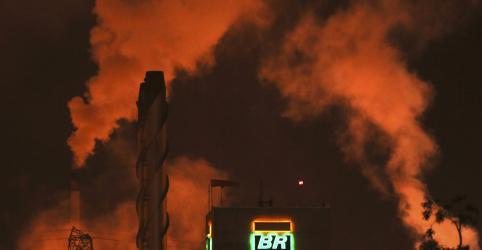 Placeholder - loading - Imagem da notícia Lucro da Petrobras cai 42% no 1º tri, com impacto de norma contábil e produção menor