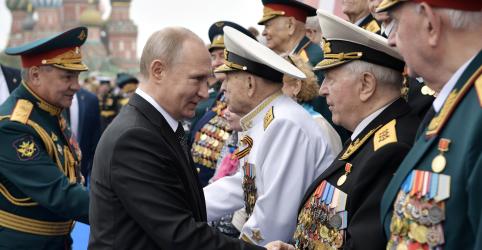 Putin acompanha parada militar na Praça Vermelha em momento de queda de aprovação