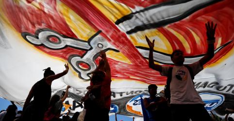 Placeholder - loading - Imagem da notícia Estudantes que protestam nesta 4ª-feira são 'idiotas úteis' e 'imbecis', diz Bolsonaro