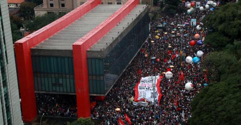 Placeholder - loading - Imagem da notícia Milhares protestam contra bloqueios na Educação, Bolsonaro chama manifestantes de 'idiotas úteis'