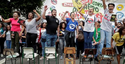 Placeholder - loading - Imagem da notícia Bolsonaro diz que manifestantes foram usados como massa de manobra por 'bando do Lula livre'