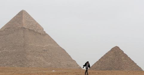 Placeholder - loading - Imagem da notícia Explosão no Egito fere turistas perto de pirâmides