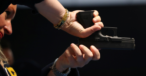 Eleitores suíços aprovam maior controle de armas e evitam embate com UE