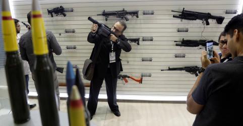 Governo altera decreto e proíbe porte de fuzil fora do campo após críticas
