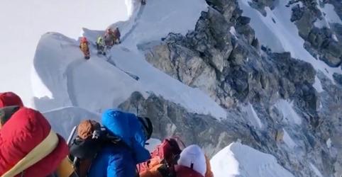 Placeholder - loading - Imagem da notícia Alpinista dos EUA morre na descida do pico do Monte Everest