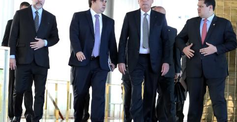 Placeholder - loading - Bolsonaro diz ter mais poder que Maia por caneta para 'fazer decreto'