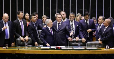 Placeholder - loading - De surpresa, Bolsonaro vai a pé ao Congresso para sessão de homenagem a humorista