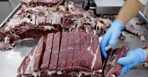 Placeholder - loading - Imagem da notícia Brasil suspende embarque de carne à China por caso atípico de vaca louca, diz exportador